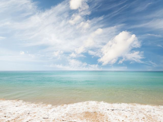 summer-beach-tropical-sea-and-blue-sky-7YF9ER4